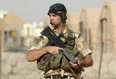 SA80(L85A2)を抱える兵士