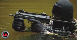 MP7を構える隊員