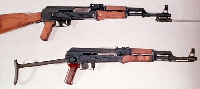 上:56式自動歩槍、下:AKS47